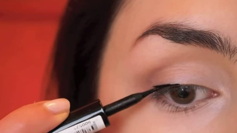 11 Simple Steps For Applying Winged Eyeliner Like A Pro - Step 3