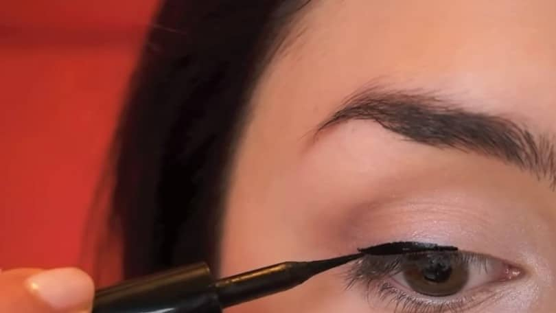11 Simple Steps For Applying Winged Eyeliner Like A Pro - Step 4