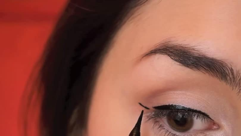 11 Simple Steps For Applying Winged Eyeliner Like A Pro - Step 6