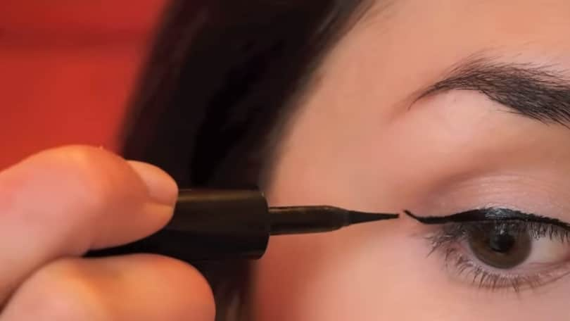 11 Simple Steps For Applying Winged Eyeliner Like A Pro - Step 7